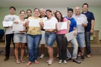 Participantes do workshop recebendo certificado.