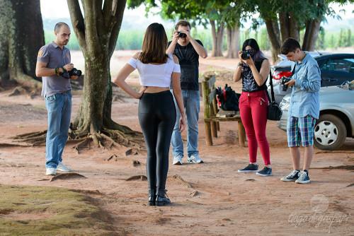 Alguns participantes praticando fotos com a modelo Bruna. © TD.